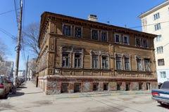 Nizhny Novgorod俄国 - 4月07日 2016年 在街道Kovalikhinskaya, 28上的住宅木二层楼的房子 免版税库存照片