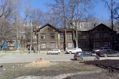 Nizhny Novgorod俄国 - 4月07日 2016年 在街道Kovalikhinskaya 90上的住宅木二层楼的房子 库存照片