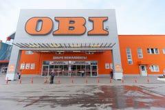Nizhny Novgorod俄国 - 7月8日 2016年 宽腰带商店卖工具和材料与停放的汽车 免版税图库摄影