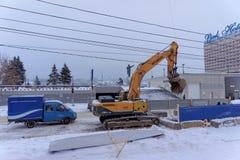 Nizhny Novgorod俄国 - 2月01日 2017年 市政服务是修理到渡槽Sovnarkomovskaya街道 图库摄影