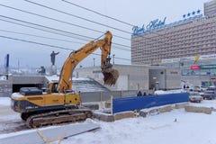 Nizhny Novgorod俄国 - 2月01日 2017年 市政服务是修理到渡槽Sovnarkomovskaya街道 免版税库存图片