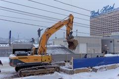 Nizhny Novgorod俄国 - 2月01日 2017年 市政服务是修理到渡槽Sovnarkomovskaya街道 库存图片