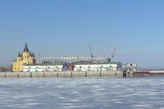 Nizhny Novgorod俄国 - 3月14日 2017年 亚历山大・涅夫斯基大教堂和橄榄球场的建筑 库存图片