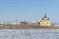 Nizhny Novgorod俄国 - 3月14日 2017年 亚历山大・涅夫斯基大教堂和橄榄球场的建筑 库存照片