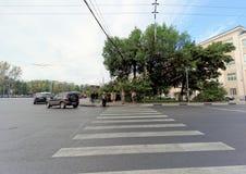 Nizhny Novgorod俄国 - 9月13日 2018年 人们沿横跨Varvarka街的行人交叉路走在自由正方形附近 库存图片