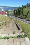 Nizhny Novgorod俄国 - 6月30日 2016年 从Grebeshkovsky Otkos的具体台阶对Pokhvalinsky下降向下诺夫哥罗德T 库存图片