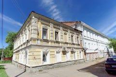 Nizhny Novgorod俄国 - 6月30日 2016年 双层汽车在街道Nizhegorodskaya上的砖房子 免版税库存照片