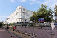 Nizhny Novgorod俄国 - 9月12日 2017年 在下诺夫哥罗德上主要步行街道修理路面 免版税库存图片