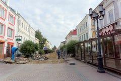 Nizhny Novgorod俄国 - 9月12日 2017年 在下诺夫哥罗德上主要步行街道修理路面 图库摄影