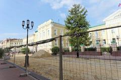 Nizhny Novgorod俄国 - 9月12日 2017年 在下诺夫哥罗德上主要步行街道修理路面 免版税图库摄影