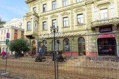 Nizhny Novgorod俄国 - 9月12日 2017年 在下诺夫哥罗德上主要步行街道修理路面 库存图片