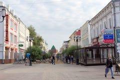 Nizhny Novgorod俄国 - 9月12日 2017年 在下诺夫哥罗德上主要步行街道修理路面 库存照片