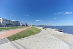 Nizhny Novgorod俄国 - 6月15日 2018年 在奥卡河的银行的最近被修造的Nizhnevolzhskaya堤防 免版税库存图片