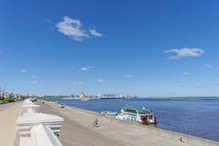 Nizhny Novgorod俄国 - 6月15日 2018年 在奥卡河的银行的最近被修造的Nizhnevolzhskaya堤防 库存照片