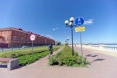 Nizhny Novgorod俄国 - 6月15日 2018年 在奥卡河的银行的最近被修造的Nizhnevolzhskaya堤防 免版税库存照片
