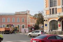 Nizhny Novgorod俄国 - 9月12日 2017年 在米宁广场在下诺夫哥罗德修理路面 免版税库存图片