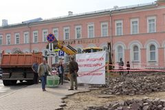 Nizhny Novgorod俄国 - 9月12日 2017年 在米宁广场在下诺夫哥罗德修理路面 免版税库存照片