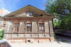 Nizhny Novgorod俄国 - 6月30日 2016年 在街道Nizhegorodskaya上的木房子 图库摄影