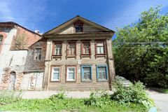 Nizhny Novgorod俄国 - 6月30日 2016年 在街道Nizhegorodskaya 7上的木房子 库存照片