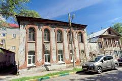 Nizhny Novgorod俄国 - 6月30日 2016年 在街道Nizhegorodskaya 9上的砖房子 图库摄影
