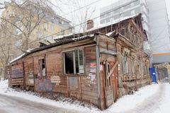 Nizhny Novgorod俄国 - 3月8日 2017年 在Maslyakov街道55上的住宅老被烧的木二层楼的房子 免版税图库摄影