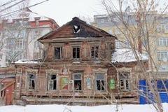 Nizhny Novgorod俄国 - 3月8日 2017年 在Maslyakov街道55上的住宅老被烧的木二层楼的房子 库存图片