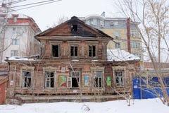Nizhny Novgorod俄国 - 3月8日 2017年 在Maslyakov街道55上的住宅老被烧的木二层楼的房子 免版税库存图片