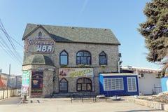 Nizhny Novgorod俄国 - 3月14日 2017年 在Nizhnevolzhskaya堤防的餐馆垂柳 库存图片