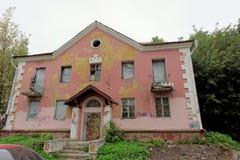 Nizhny Novgorod俄国 - 9月06日 2017年 在Semashko街道33上的一个老被放弃的桃红色石房子 图库摄影
