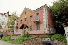 Nizhny Novgorod俄国 - 9月06日 2017年 在Semashko街道33上的一个老被放弃的桃红色石房子 免版税库存照片