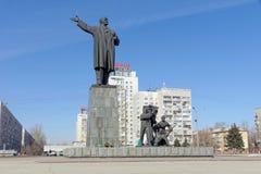 Nizhny Novgorod俄国 - 3月14日 2017年 对弗拉基米尔・伊里奇・列宁的纪念碑列宁广场的 库存照片