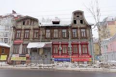 Nizhny Novgorod俄国 - 3月8日 2017年 有顶楼的住宅老木二层楼的房子在Maslyakov街道14上 免版税图库摄影