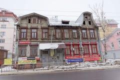 Nizhny Novgorod俄国 - 3月8日 2017年 有顶楼的住宅老木二层楼的房子在Maslyakov街道14上 库存照片