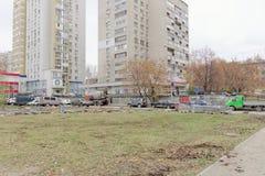 Nizhny Novgorod俄国 - 10月26日 2017年 涂柏油的道路网络的重建在大道的围场疆土 免版税库存图片