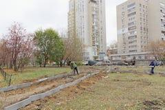 Nizhny Novgorod俄国 - 10月26日 2017年 涂柏油的道路网络的重建在大道的围场疆土 库存照片