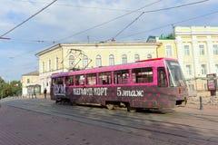 Nizhny Novgorod俄国 - 9月12日 2017年 电车第21移动Bolshaya Pokrovskaya街道 免版税库存图片