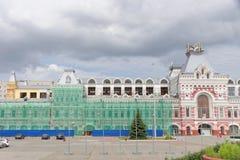 Nizhny Novgorod俄国 - 7月20日 2017年 的下诺夫哥罗德的主楼的大厦的修理公平 库存图片