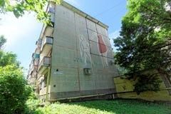 Nizhny Novgorod俄国 - 6月30日 2016年 盘区有描述a的图片的五层修造的赫鲁晓夫的末端 免版税库存照片