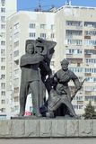 Nizhny Novgorod俄国 - 3月14日 2017年 雕刻的小组是工作者、战士和一位集体农夫在垫座wi附近 免版税库存图片