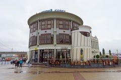Nizhny Novgorod俄国 - 9月07日 2017年 餐馆在正方形的麦克唐纳` s在莫斯科火车站附近在Nizhny Novgo 免版税库存照片