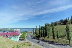 Nizhny Novgorod俄国 - 6月30日 2016年 Pokhvalinsky下降 观点的下诺夫哥罗德神学院和桥梁acr 库存照片