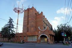 Nizhny Novgorod俄国 - 6月30日 2016年 Rostelecom电话总机和巨大的天线关闭的大厦 免版税库存图片