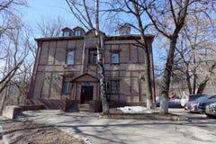 Nizhny Novgorod俄国 - 4月07日 2016年 街道的Semashko, 23住宅两层木房子 免版税库存照片