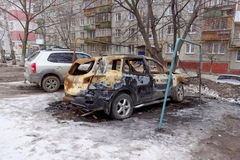Nizhny Novgorod俄国 - 4月06日 2016年 被烧的汽车在围场 免版税库存图片