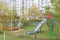 Nizhny Novgorod俄国 - 10月13日 2016年 Children& x27; s操场操刀与有一个上锁的门的篱芭 图库摄影