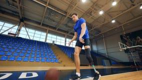 Nizhny Novgorod, Россия - ОКОЛО ноябрь 2018: Мужской спортсмен с искусственной ногой нагревает перед бросать шарик акции видеоматериалы