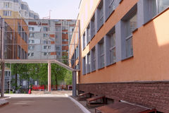 nizhny novgorod Ρωσία - 15 Μαΐου 2016 Η μετάβαση μεταξύ του αθλητικού αριθμού κέντρου και Γυμνασίου Wellness Στοκ φωτογραφία με δικαίωμα ελεύθερης χρήσης