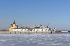 nizhny novgorod Ρωσία - 14 Μαρτίου 2017 Ο καθεδρικός ναός του Αλεξάνδρου Nevsky και η κατασκευή ενός γηπέδου ποδοσφαίρου Στοκ εικόνες με δικαίωμα ελεύθερης χρήσης