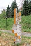 nizhny novgorod Ρωσία - 13 Οκτωβρίου 2016 Ξύλινος δείκτης με μια απόσταση στις διάφορες ενδιαφέρουσες θέσεις στον κήπο του Αλεξάν Στοκ φωτογραφίες με δικαίωμα ελεύθερης χρήσης