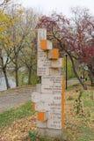 nizhny novgorod Ρωσία - 13 Οκτωβρίου 2016 Ξύλινος δείκτης με μια απόσταση στις διάφορες ενδιαφέρουσες θέσεις στον κήπο του Αλεξάν Στοκ εικόνα με δικαίωμα ελεύθερης χρήσης